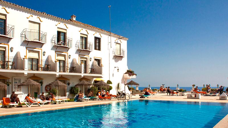 Poolområde utanför hotell TRJ Mijas med badgäster, Andalusien.