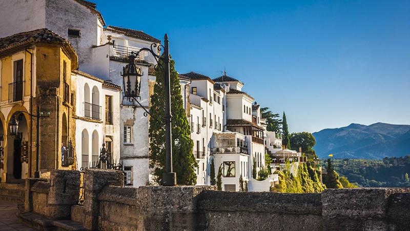By omringad av grön natur och berg i vackra Andalusien, under en semester i Spanien.