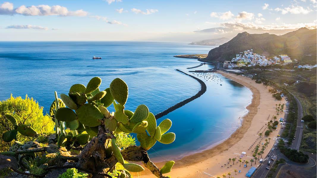 Långa sandstränder och bergigt landskap på Teneriffa.