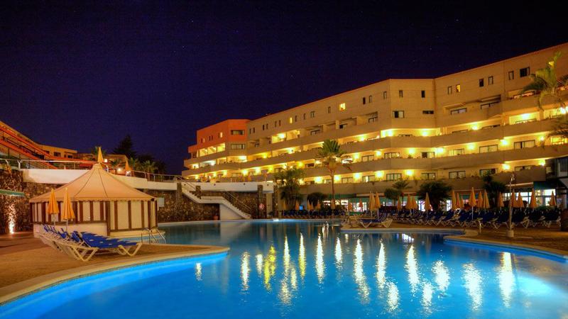 Den upplysta utomhuspoolen i kvällsljuset vid Turquesa Playa Grand Hotel i Puerto de la Cruz, Teneriffa.