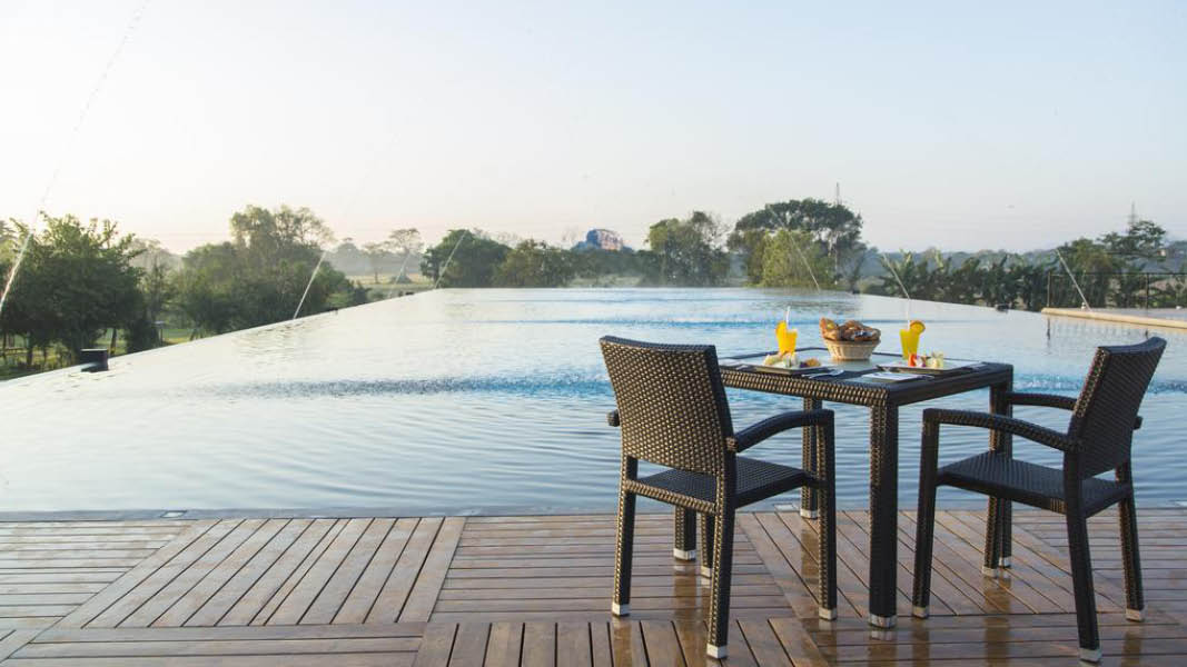 G�ster p� hotellet Aliya Resort and Spa kan njuta av uppfriskande cocktails vid hotellets pool.