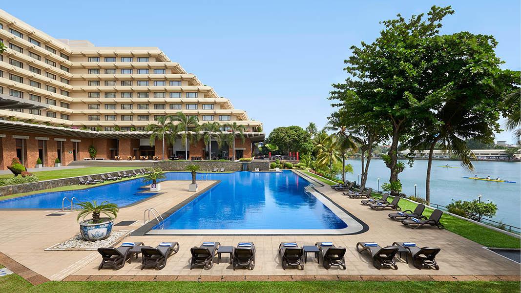 Gemensamt område och pool på hotellet Cinnamon Lakeside Colombo, under en kulturell rundresa på Sri Lanka i Asien.