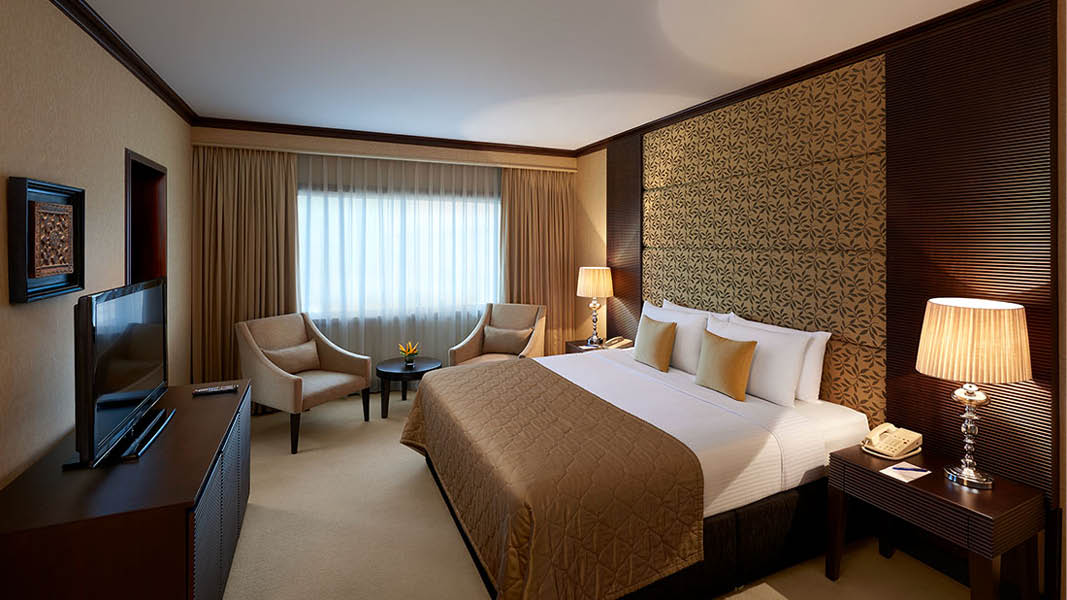 Elegant rum p� fyrstj�rniga hotellet Cinnamon Lakeside Colombo under en rundresa p� Sri Lanka.