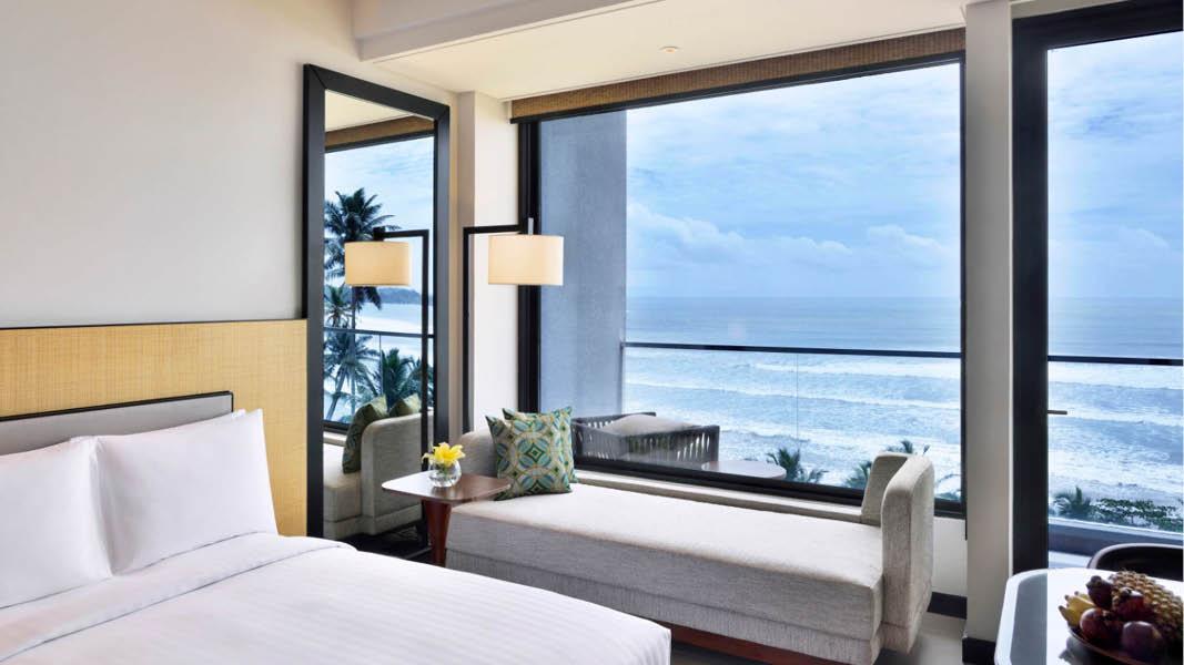 Ett rum på fyrstjärniga hotellet Weligama Bay Marriott Resort & Spa med utsikt över Indiska oceanen.