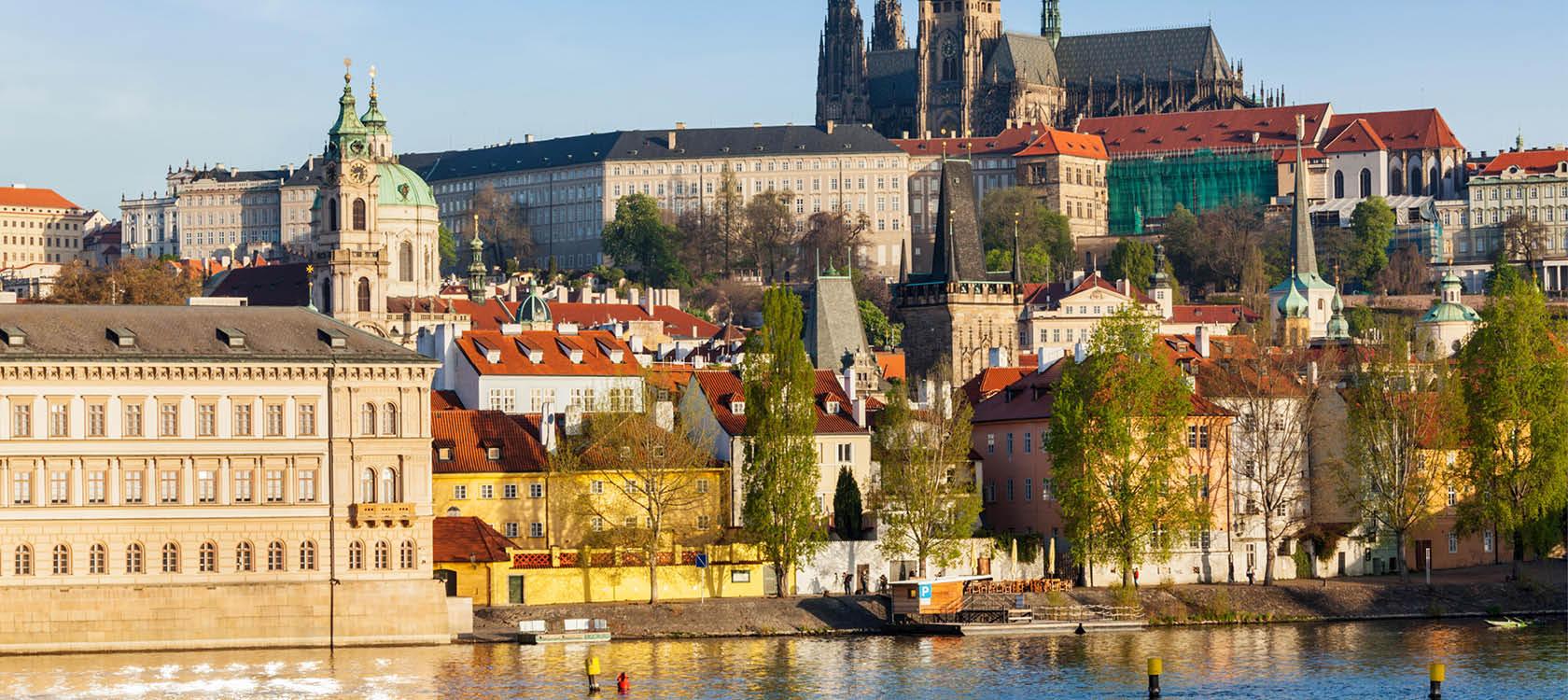 silhuett över prag med floden, slottet och gamla byggnader