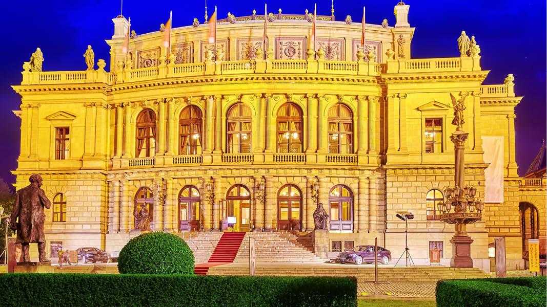 operahuset i kvällsljus i kulturella prag