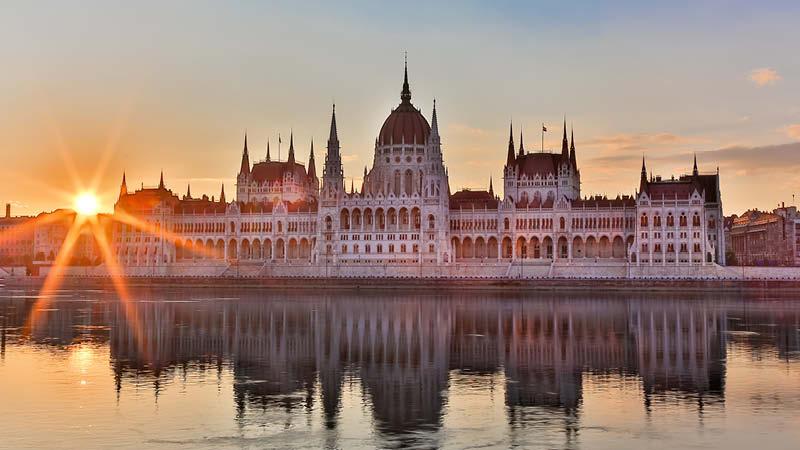 Parlamentsbyggnaden i Budapest i solnedgången.